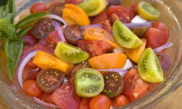 Salade de tomates du marché à l'échalote